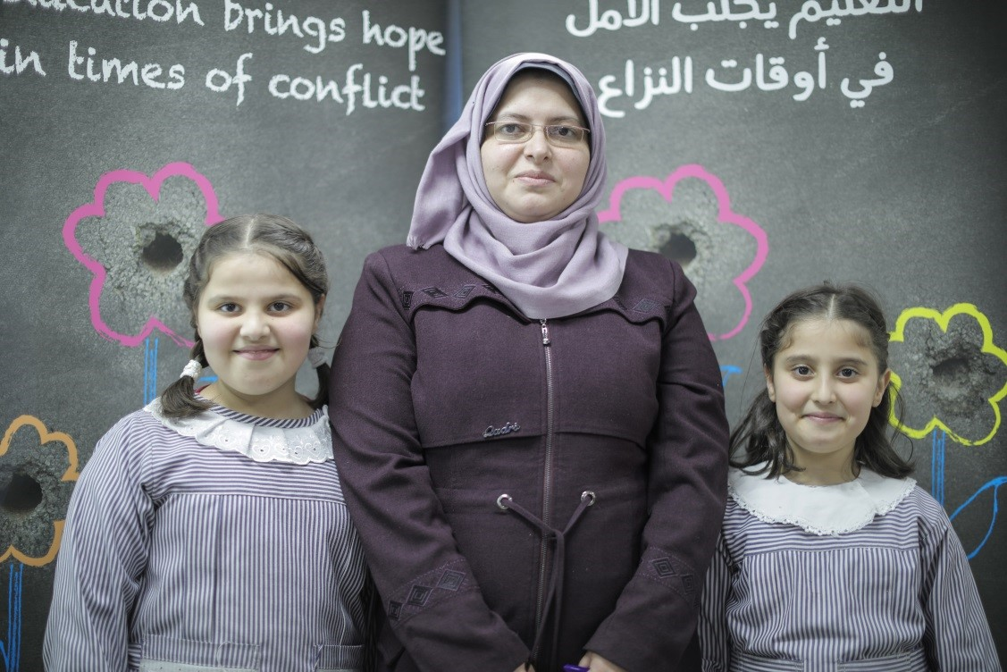 Hanan Shaggoura, pictured here with her two daughters, participated in an awareness session at the UNRWA Beach Basic Co-educational School 'C'. © 2018 UNRWA Photo by Hussein Jaber