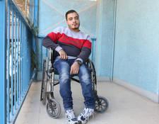 """""""بالرغم من تعرضي للإصابة في العمود الفقري، إلا أنني محظوظ لأني قادر على لعب كرة السلة. إن هدفي الأسمى أن أحصل على شهادة جامعية وأن يكون لدي عمل إداري""""، يقول سامر الذي يبلغ من العمر 20 سنة. وسامر طالب في سنته الأولى في كلية الحقوق بجامعة دمشق؛ كما أنه أيضا عضو في لجنة الإعاقة بمخيم جرمانا ويقدم الدعم للأشخاص الآخرين الذين يعانون من الإعاقات. وقد كان سامر مشلولا منذ أن كان في السادسة من عمره بعد أن وقع عن الدرج. مركز جرمانة المجتمعي بدمشق، سورية. الحقوق محفوظة للأونروا، 2016. تصوير تغريد محمد"""