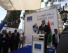 رئيس الوزراء الفلسطيني الدكتور رامي حمدالله يلقي كلمته خلال معرض يوم أوروبا السنوي في رام الله. الحقوق محفوظة للأونروا، 2016. تصوير علاء غوشة