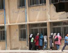 إن الظروف التي يتوجب على المعلمين أن يعملوا في ظلها صعبة للغاية. فالعنف والدمار والإغلاقات والعوامل الأخرى قد جعلت 46 مدرسة تابعة للأونروا فقط عاملة وذلك حسب أرقام شهر أيلول 2016. الحسينية، سورية. الحقوق محفوظة للأونروا، 2015. تصوير تغريد محمد