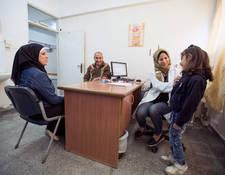 يعمل نهج فريق صحة الأأسرة على كسب التأييد لنهج يتمركز حول الفرد يقدم رعاية شاملة ومستمرة للمرضى وعائلاتهم. وفي هذه الصورة، تقوم إحدى طبيبات الأأونروا بإجراء فحص طبي لطفل فلسطيني لاجئ في مركز صحي الرمال التابع للأونروا في مدينة غزة. الحقوق محفوظة للأونروا، 2016. تصوير حسين جابر