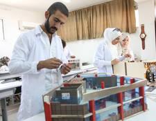 يعزز التعليم المهني إمكانية توظيف اللاجئين الفلسطينيين في سورية من خلال تزويدهم بالمهارات التقنية ومساعدتهم في إيجاد وظائف لهم.  تقدم الأونروا 31 نوعاً من الدورات القصيرة والطويلة الأجل  في مواضيع مختلفة  بدءاً من التصميم الداخلي إلى اللحام.© 2017 صورة للأونروا تصوير تغريد محمد.