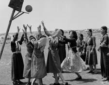 شابات يلعبن كرة السلة في مركز نشاطات المرأة في قلنديا بالضفة الغربية في الخمسينات من القرن الماضي. الحقوق محفوظة لأرشيف الأونروا. المصور غير معروف.