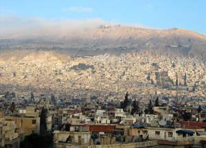 أكثر من 50% من لاجئي فلسطين في سورية والبالغ عددهم 560,000 لاجئ قبل النزاع قد أصبحوا الآن مشردين داخليا وفقدوا منازلهم وسبل معيشتهم وهياكل الدعم الخاصة بهم. إن أكثر من 80,000 لاجئ فلسطيني من سورية قد فروا إلى بلدان أخرى كالأرد ولبنان حيث لا يزال وضعهم القانوني غير مؤكد؛ أو حاولوا القيام برحلة بحرية خطرة للعبور لأوروبا. دمشق، 2014. الحقوق محفوظة للأونروا.