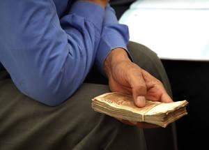 ستظل المعونة النقدية هي وسيلة الأونروا الأساسية لتقديم المساعدة الطارئة في عام 2015. وقد وجد تقييم للأونروا أجري مؤخرا بأن 95% من المستجيبين قد اعتبروا أن النقد هو الشكل الأكثر فعالية من أشكال المساعدة الإنسانية، حيث أنه يتيح لهم تعديل إنفاقهم للاستجابة للاحتياجات المتغيرة. الحقوق محفوظة للأونروا / تغريد محمد. 2014.
