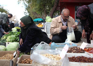 عندما تقترن بالمساعدات العينية كالغذاء والأدوات المنزلية، فإن المعونة النقدية تعمل على ضمان أن يتمكن اللاجئون من استكمال غذائهم بفاكهة وخضروات طازجة من السوق المحلي، الأمر الذي يساعد في ضمان تحقيق الحد الأدنى من الأمن الغذائي. الحقوق محفوظة للأونروا / تغريد محمد. 2014.