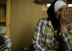 لجأ 44,000 لاجئ فلسطيني من سورية إلى لبنان وهم يعيشون في ظروف من الفقر الشديد. وقامت هذه المرأة وزوجها وأطفالها الثلاث بالفرار من منزل الطبقة الوسطى المريح الذي كانوا يعيشون فيه في سورية نحو مستقبل غير مؤكد في كوخ ناء في جبال الشوف. الحقوق محفوظة للأونروا / كيت بروكس. 2014.