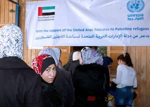 الصورة 1: اللاجئون الفلسطينيون في دمشق أمام مركز التوزيع التابع للأونروا لتلقي المساعدات الغذائية بفضل الدعم السخي من دولة الإمارات. دمشق، نوفمبر 2014. © الأونروا / تغريد محمد