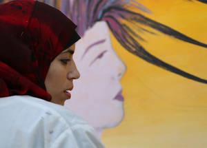 """رجال ونساء يحيون ذكرى يوم المرأة العالمي بفعالية فنية عنوانها: """"مكنوا المرأة... مكنوا الإنسانية ... صوروا هذا المعنى""""."""