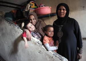 بعد وفاة زوجها جراء أزمة قلبية في أيار من عام 2013، أصبحت عائشة تعتني بأطفالها السبعة لوحدها. وبعد ثلاثة أشهر هربت من منزلها في منطقة الحجر الأسود بهدف النجاة من أكثر لحظات النزاع سوءا. وتبلغ عائشة الثالثة والأربعين من العمر، وهي المعيل الرئيسي لأطفالها الذين يعانون من الثلاسيميا ومن مشاكل في العينين. الحقوق محفوظة للأونروا. تصوير تغريد محمد 2014.