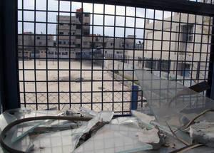 كانت الحسينية في السابق مسكنا لما مجموعه 40,000 لاجئ فلسطيني هربوا خلال النزاع الذي نشط في عام 2013. إن أكثر من 280,000 لاجئ فلسطيني قد تشردوا في أرجاء سورية منذ بدء النزاع في 2011. الحقوق محفوظة للأونروا 2015. تصوير تغريد محمد.