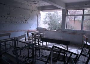 قبل اندلاع الأزمة، كانت الأونروا تدير 141 مدرسة في سورية. والآن، فإن 42 مدرسة فقط تعمل وذلك بسبب الأضرار أو بسبب عدم إمكانية الوصول أو جراء إعادة تعيين استخدامها لتكون ملاجئ جماعية. الحقوق محفوظة للأونروا 2015. تصوير تغريد محمد.