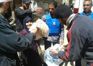 أتمت الأونروا ثلاث بعثات إلى منطقة يلدا المحاذية لليرموك. إن أؤلئك الذين يتسلمون المساعدات يشملون عائلات فلسطينية وسورية من اليرموك، بالإضافة إلى أفراد من المجتمع المحلي في يلدا. الحقوق محفوظة للأونروا، 2015.