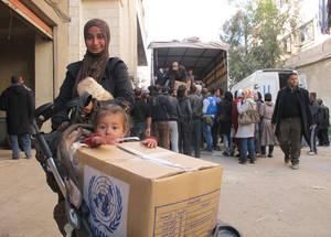 خلفت الأزمة وراءها ما مجموعه 18,000 مدني في اليرموك في ظروف من الخطر الشديد. وهم حاليا يعانون من عدم توفر أسباب الوصول للإمدادات الإنسانية الأساسية بما في ذلك الغذاء والماء والرعاية الطبية. الحقوق محفوظة للأونروا، 2015.