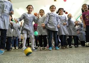 عندما قامت الأونروا في 14 سبتمبر 2014 بإعادة فتح المدارس في أعقاب صراع الخمسين يوماً، تم تكريس الأسبوع  الأول لتنفيذ برنامج نفسي ترفيهي شامل لدعم نحو 240,000 طفل فلسطيني لاجئ وأولياء أمورهم الذين تأثروا بتجارب الحرب. تبع ذلك ثلاثة أسابيع من أنشطة التعلم قبل فترة انتقالية مؤدية إلى استئناف المنهاج المعتاد. الحقوق محفوظة للأونروا/ فادي ثابت.