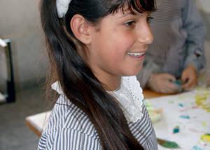 """""""لقد دُمر منزلنا خلال الصراع الأخير وخسرنا كل شيء. لقد كانت أمي تبكي طوال الوقت، وشعرت أنا بحزن شديد."""" تقول هبة أبو سرية، الطالبة في الصف الرابع من منطقة النزاز في شمال غزة والتي تضررت بشدة. تضيف هبة التي تحضر حصص الفنون في مدرسة الشجاعية الإبتدائية المشتركة قائلة: """"ما تزال أمي حزينة طوال الوقت، ولكن الرسم يُشعرني بالسعادة. أحب أن أرسم الربيع والأشجار، والمنازل والأمور الزاهية."""" غزة - الحقوق محفوظة للأونروا 2015/ خليل عدوان"""