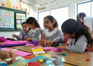 """""""كنت خائفة جداً خلال الصراع وبعده. صوت القصف كان دائماً يلازمني في ذهني؛ إنه صوت مؤلم جداً. حضوري حصص الفنون ساعدني على التركيز وعلى الشعور بالسلام. أحب رسم الوجوه السعيدة والمنازل الجميلة."""" تقول ملاك مصلح، ذات التسعة أعوام من منطقة المنطار الواقعة في أقصى شرق مدينة غزة والتي تحضر حصص الفنون في مدرسة الشجاعية الإبتدائية المشتركة. غزة - الحقوق محفوظة للأونروا 2015/ خليل عدوان"""