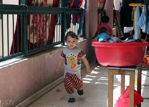 بعد أربع سنوات من النزاع، تأثرت صحة لاجئي فلسطين في سورية سلبا جراء النزوح والفقر. كما ساهمت ظروف المعيشة المكتظة بزيادة انتشار الأمراض المعدية. الحقوق محفوظة للأونروا، 2015. تصوير تغريد محمد.