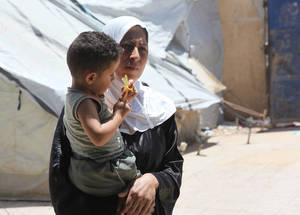 أدت خمس سنوات من النزاع إلى تدمير الاقتصاد السوري. وفي عام 2014، كان أربعة أشخاص من بين كل خمسة أشخاص سوريين يعيشون في حالة فقر، فيما كان 64,7% يعيشون في حالة فقر شديد وكانوا غير قادرين على تلبية الحد الأدنى من احتياجاتهم من أجل البقاء على قيد الحياة. ملجأ خان دنون الجماعي بدمشق. الحقوق محفوظة للأونروا، 2015. تصوير تغريد محمد