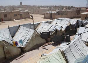 أكثر من 12,000 لاجئ من فلسطين في سورية يعيشون في 37 ملجأ جماعي مؤقت تديرها الأونروا في دمشق وحولها. وبعد أربع سنوات من النزاع، فإن معظم السكان ليس لديهم أي مكان آخر ليذهبوا إليه. الملجأ الجماعي في خان دنون، دمشق. الحقوق محفوظة للأونروا، 2015. تصوير تغريد محمد.