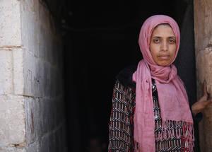 لم تكن حالة الضعف التي يعاني منها لاجئو فلسطين في سورية يوما ما بأضعف مما هي عليه الآن. وبعد خمس سنوات من نزاع مرير، استنفذ أولئك اللاجئون مدخراتهم المالية والعاطفية والجسدية. إن النساء والاأطفال والمعاقين وكبار السن هم تحديدا عرضة للمخاطر. الحقوق محفوظة للأونروا، 2015. تصوير تغريد محمد.