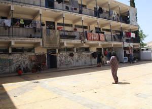 قبل اندلاع الأزمة، كانت سورية تستضيف أكثر من 560,000 لاجئ من فلسطين، أما الآن فإن أكثر من نصفهم قد تشردوا داخليا في القطر السوري فيما قام 80,000 شخص آخر بالفرار إلى البلدان المجاورة كلبنان والأردن وإلى بلدان أخرى في أوروبا. وبشكل متزايد، فإن القيود الحدودية الصارمة تعني أن لاجئي فلسطين في سورية لديهم الآن خيارات قليلة للجوء. الملجأ الجماعي في دوما بدمشق. الحقوق محفوظة للأونروا، 2015. تصوير تغريد محمد.
