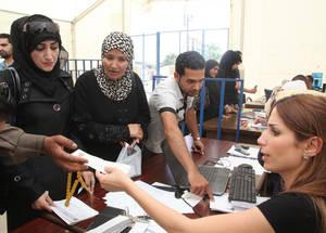 تعد المعونة النقدية أمرا حساسا في سبيل ضمان أن لاجئي فلسطين المعرضين للمخاطر على وجه الخصوص لا يقعون فريسة للزيادة في الفقر الحاد. إن الدعم المقدم من الاتحاد الأوروبي قد أتاح للأونروا توفير الدعم لما مجموعه 35,024 لاجئ في الجولة الأولى للمعونة في عام 2015. الحقوق محفوظة للأونروا، 2015. تصوير تغريد محمد.