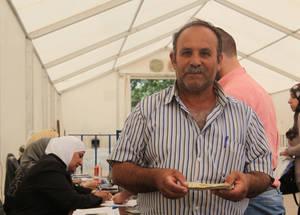 """فر محمد الذي يبلغ الستين من العمر من يلدا بحثا عن اللجوء في القادسية بدمشق ولم يحمل معه سوى ملابسه التي يرتديها. """"إننا نعيش على موازنة ضئيلة ومواردنا تعرضت للشد إلى حدها الأقصى. إن المعونة النقدية بالكاد تكفي لتغطية الإيجار ولا يتوفر لدي المال لشراء الطعام""""، يقول محمد. الحقوق محفوظة للأونروا، 2015. تصوير تغريد محمد."""