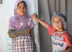 إن التبرعات المقدمة من المانحين مثل الاتحاد الأوروبي تقدم الدعم الطارئ الذي هنالك حاجة ماسة له بالنسبة للاجئي فلسطين في سورية. ومع ذلك، وفي عام 2014 لم تحصل مناشدة الأونروا الطارئة لسورية إلا على تمويل بمقدار النصف. وإذا ما استمرت مستويات التمويل بالتناقص، فإن التداخلات الحساسة كالتعليم الطارئ والرعاية الصحية والمعونة النقدية ستكون مهددة. الحقوق محفوظة للأونروا، 2015. تصوير تغريد محمد.