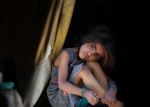 لا تزال السنوات الأربع من النزاع في سورية تلقي بأثرها المدمر على لاجئي فلسطين. إن أكثر من 95% من لاجئي فلسطين الذين بقوا في سورية والبالغ عددهم 480,000 لاجئ يعتمدون على الأونروا لتلبية احتياجاتهم اليومية الأساسية، والتي تشمل الرعاية الصحية. خان دنون، دمشق.  صورة من الأونروا – تصوير تغريد محمد © 2015