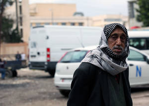 أدى النزاع إلى تحطيم حياة لاجئي فلسطين ومجتمعاتهم في سورية. إن أكثر من 95% من لاجئي فلسطين في البلاد والبالغ عددهم 450,000 لاجئ يعتمدون على الأونروا لتلبية الحد الأدنى من احتياجاتهم اليومية. إن الوكالة، من بين منظمات أخرى، تقدم الدعم للأشد عرضة للمخاطر، بمن في ذلك النساء المنتجات وكبار السن والأشخاص ذوي الإعاقات، وتساعدهم على البقاء على قيد الحياة بكرامة داخل سورية. حمص، أيار 2015. الحقوق محفوظة للأونروا. تصوير تغريد محمد.