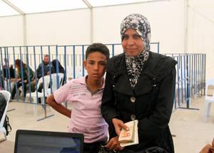 تعد المعونة النقدية حجر الأساس في استجابة الأونروا الطارئة حيث أنها تساعد لاجئي فلسطين على تغطية احتياجاتهم الأساسية كالغذاء والإيجار. وقد ساهم التبرع المقدم من الاتحاد الأوروبي في برنامج المعونة النقدية العادي للأونروا والذي قدم مساعدة مالية لأكثر من 35,000 لاجئ فلسطيني معرض للمخاطر في عام 2015. دمشق، حزيران 2015. الحقوق محفوظة للأونروا. تصوير تغريد محمد.