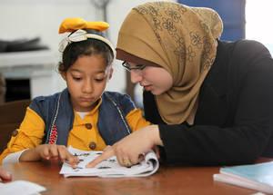 بهدف مساعدة الأطفال على التعامل مع الضغوط الناجمة عن التأخر عن اللحاق بالمدرسة، تقوم الأونروا بتشغيل برنامج تعليم صيفي لأكثر من 8,000 طفل من لاجئي فلسطين. وقد قامت 52 مدرسة مشاركة بتنظيم أنشطة ترفيهية وإبداعية وقدمت الدعم في الرياضيات واللغة العربية واللغة الإنجليزية واللغة الفرنسية والموسيقى والفنون وذلك بتمويل من الاتحاد الأوروبي. دمشق، آب 2015. الحقوق محفوظة للأونروا. تصوير تغريد محمد.