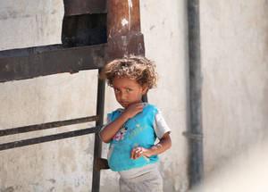 إن لاجئي فلسطين في سورية – مثل باقي السكان هناك – لم يكونوا بحاجة أكثر من ذي قبل. فبعد أكثر من أربع سنوات من النزاع والتشرد والمشقة، فإن 95% من لاجئي فلسطين في البلاد والبالغ عددهم 450,000 لاجئ قد أصبحوا الآن يعتمدون على الأونروا من أجل تلبية الحد الأدنى من احتياجاتهم اليومية. الحقوق محفوظة للأونروا، 2015. تصوير تغريد محمد