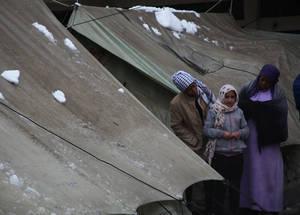 في السابع من كانون الثاني 2015، تعرضت منطقة الشرق الأوسط لعاصفة ثلجية قوية جلبت الأمطار والثلوج وانخفضت خلالها درجات الحرارة إلى ما دون الصفر المئوي. وأدت العاصفة إلى تفاقم معاناة 480,000 لاجئ من فلسطين يعيشون في سورية في الوقت الذي كانوا يناضلون فيه أصلا من أجل البقاء على قيد الحياة في خضم النزاع الدائر. وقدمت الأونروا للعائلات الفرشات والبطانيات من أجل المساعدة في المحافظة تمتعهم بالدفء خلال الموسم. مخيم جرمانا، دمشق. الحقوق محفوظة للأونروا، 2015. تصوير تغريد محمد