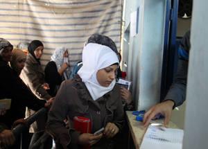 قامت الأونروا بتوزيع 2,878 صندوق من الملابس على مدار أسبوع كامل. واشتمل كل طقم على جاكيتات شتوية وسويترات وقبعات وصديريات ولفحات وجوارب وملابس داخلية لشخصين بالغين وطفلين. خان دنون، دمشق. الحقوق محفوظة للأونروا، 2015. تصوير تغريد محمد