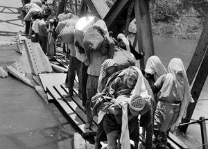 Palestine refugees flee across the Allenby Bridge during the 1967 hostilities. About 400,000 Palestinians fled across the Jordan River to escape the second Arab-Israeli conflict. © 1967 UNRWA Archive, Photographer Unknown