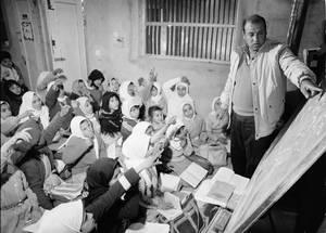 طلاب يحضرون الحصص الدراسية في مسجد بمخيم النصيرات في غزة. الحقوق محفوظة لأرشيف الأونروا، 1992. تصوير جورج نعمة.