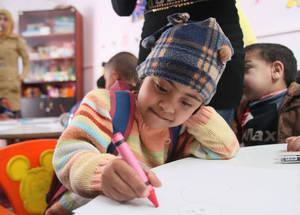 إن عددا أكبر من الأطفال ذوي الإعاقات يتم تسجيلهم في مدارس الأونروا مقارنة بأوقات ما قبل النزاع. ولغايات ضمان أن هؤلاء الأطفال تتوفر لديهم سبل الوصول لتعليم آمن ومستمر، قامت الأونروا بتأسيس غرف إعادة تأهيل صفية في مساحات الوكالة التعليمية الآمنة، الأمر الذي يتيح لهم مواصلة تعليمهم على سجيتهم. خان دنون بدمشق، سورية. الحقوق محفوظة للأونروا، 2016. تصوير تغريد محمد