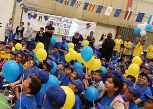 حضر المئات من الطلبة والعائلات وأفراد المجتمع المحلي للمشاركة في الاحتفال. الحقوق محفوظة للأونروا، 2016. تصوير علاء غوشة