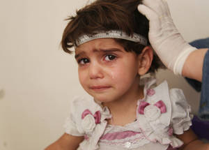 يتوقع للطفل الذي يولد اليوم في سورية أن يعيش 20 سنة أقل من ذلك الطفل الذي ولد قبل ست سنوات. إن العنف والدمار اللذان جلبهما النزاع قد عملا على تقليل معدل العمر المتوقع إلى 55,7 سنة. نقطة التوزيع في يلدا جنوب دمشق، سورية، أيار 2016. الحقوق محفوظة للأونروا، 2016. تصوير تغريد محمد.