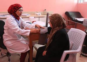 قامت الأونروا بتطبيق نهج فريق صحة العائلة في تسعة من مرافقها الطبية بهدف تحسين مستوى الرعاية المقدم للمرضى من لاجئي فلسطين. المركز الصحي في الحسينية، الحسينية، سورية، نيسان 2016. الحقوق مجفوظة للأونروا، 2016.