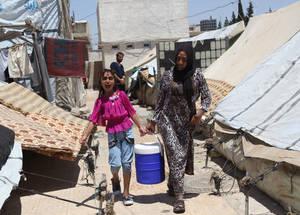 حاليا، هنالك 280,000 لاجئ من فلسطين قد نزحوا داخليا في سورية. واعتبارا من حزيران، كان هناك 2,925 شخص يعيشون في مساكن الأونروا الجماعية. مخيم خان دنون، ريف دمشق، سورية، أيار 2015. الحقوق محفوظة للأونروا، 2016. تصوير تغريد محمد.