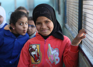 على الرغم من الاضطراب في البلاد، حافظت الأونروا على سير برنامجها التعليمي. ومن أجل استبدال مدارس الأونروا التي تم إغلاقها بسبب الأضرار أو التدمير أو نقص السلامة، فإن 90% من المؤسسات التعليمية الباقية التي تديرها الوكالة تعمل بنظام الفترتين، فيما تعمل 5% من تلك المؤسسات بنظام الثلاث فترات. مدرسة فلسطين للإناث، الأليانس، دمشق، سورية، شباط 2016. الحقوق محفوظة للأونروا، 2016. تصوير تغريد محمد.