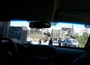 باعتبارها الجهة الأممية التي لها أكبر وجود في سورية، تقوم الأونروا بخدمة لاجئي فلسطين في سائر أرجاء البلاد، بمن في ذلك أولئك الذين يعيشون في مناطق حرب مثل اليرموك. قافلة الأونروا الإنسانية تعبر خط القتال في يلدا بريف دمشق، سورية، أيار 2016. الحقوق محفوظة للأونروا، 2016.