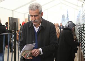 تمتاز الأونروا بأنها تدير أكبر عملية توزيع نقدي في سورية، وبحلول 30 حزيران 2016 كانت الوكالة قد دفعت مبلغ 47,554,491 دولار في ستة أشهر. ويناضل العديد من لاجئي فلسطين من أجل كسب معيشتهم في بلد يبلغ معدل البطالة فيه 57%، وتستخدم المنح النقدية من أجل المساعدة في تغطية نفقات الطعام والإيجار. مكتب الأونروا الإقليمي بدمشق، سورية، شباط 2016. الحقوق محفوظة للأونروا، 2016. تصوير تغريد محمد.