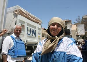 تقدر الأونروا أن هنالك 450,000 لاجئ من فلسطين في سورية، يعيش العديدون منهم في مناطق محاصرة ويصعب الوصول إليها. نقطة التوزيع في يلدا، جنوب دمشق، سورية، أيار 2016. الحقوق محفوظة للأونروا، 2016.