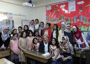 سفيرة الولايات المتحدة الأمريكية لدى الأردن أليس ويلز تلتقي أعضاء برلمان مدرسة إناث الزهور. الحقوق محفوظة للأونروا، 2016. تصوير فيولا إي. بروتوميسو