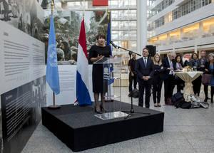 """""""هنالك الآن أكثر من خمسة ملايين لاجئ فلسطيني، ولكننا مخدرون بالأرقام. إن هذا المعرض يجعلنا نرى بأن الشعب الفلسطيني ليس مجرد أرقام. إن كل واحد من هؤلاء الأشخاص له الحق بأن لا يتم نسيانه"""". قالت الوزيرة الهولندية للتجارة الخارجية والتعاون التنموي ليليان بلومين. تصوير ديرك-يان فيسير"""