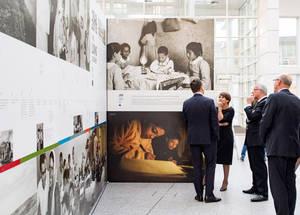 يستند المعرض على صور تمت رقمنتها مؤخرا من أرشيف الأونروا للأفلام والصور. وفي عام 2009، تم تسجيل الأرشيف من قبل اليونسكو في سجل ذاكرة العالم، وذلك شهادة بقيمته التاريخية. تصوير تياجو روسادو